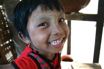 ミャンマー女性のスキンケア&化粧品のタナカとそのお土産