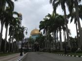 男性用モスク遠景。 こちらは国王をはじめとする王族の方々が入場する専用の道路です。
