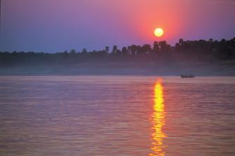 1度は乗船したい!ラグジュアリークルーズで美しい夕焼けに浮かぶ仏教遺跡に感動。