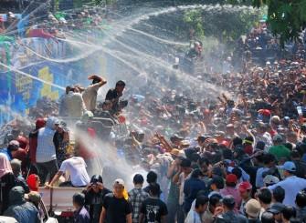 どこ行っても水かけられます!ミャンマー最大のお祭り「水かけ祭り」