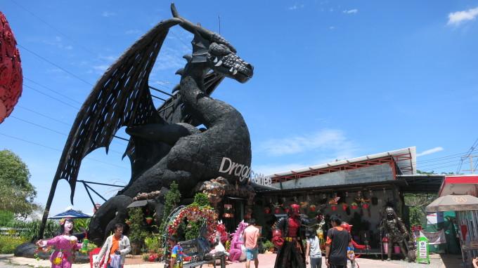 荒野に巨大ドラゴン出現!?龍の足もとでヒンヤリ甘いコーヒータイム!