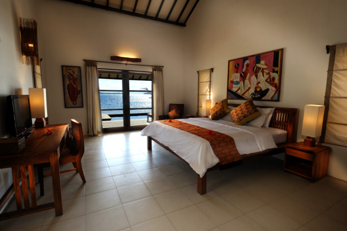 Water's edge villa-room