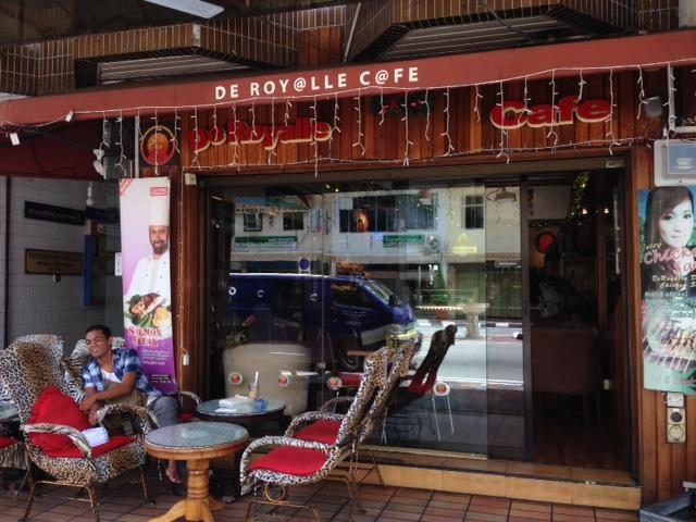 Wi-Fi完備が嬉しい!唯一の24時間カフェ『デ・ロイヤル』