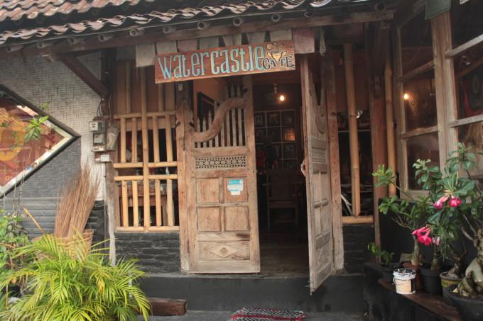 「水の王宮」観光の後は、アンティークな雰囲気のカフェでひと休み