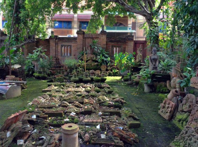 苔生した石像の秘密の庭園@チェンマイ門