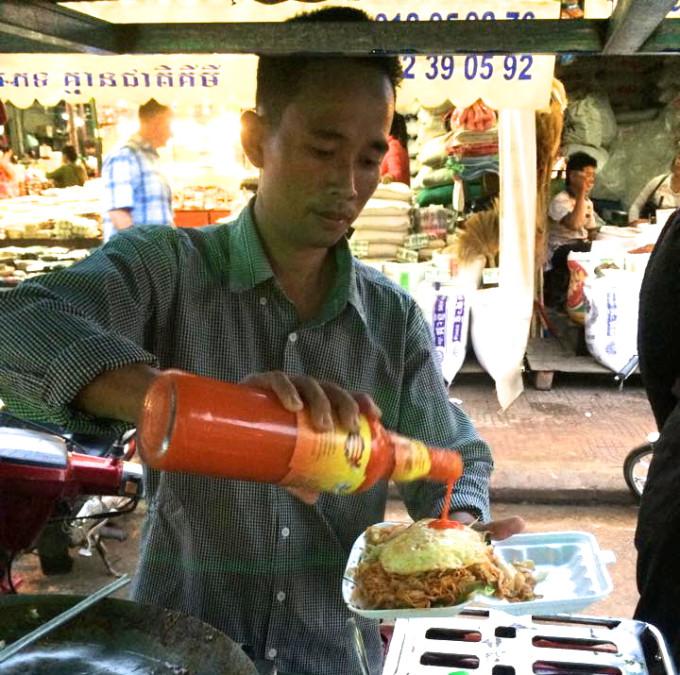 シェムリアップ川沿い屋台でカンボジア版焼きそばを味わう!