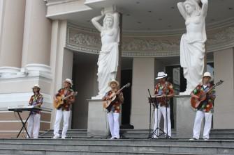 毎週日曜の朝に行われる「市民劇場」の屋外コンサートで生演奏を聴こう!