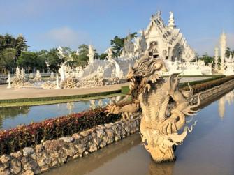 奇才アーティストが手がけた純白のお寺「ワット・ロンクン」
