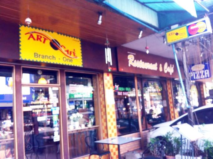 チェンマイ旧市街の老舗カフェで朝食を