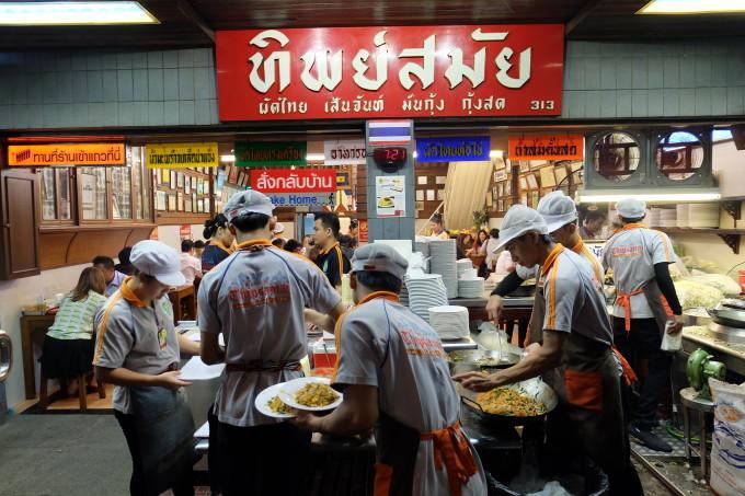 行列覚悟!バンコクの老舗超有名店で食す「パッタイ」