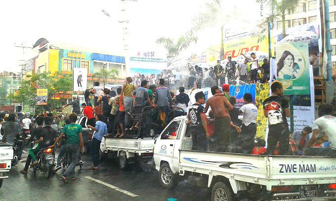ミャンマー「水かけ祭り」は油断禁物!?