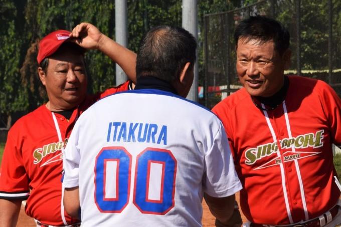 D_試合前の挨拶をするフィリピンの板倉氏とシンガポールの内田監督 (Unicode エンコードの競合) (2)