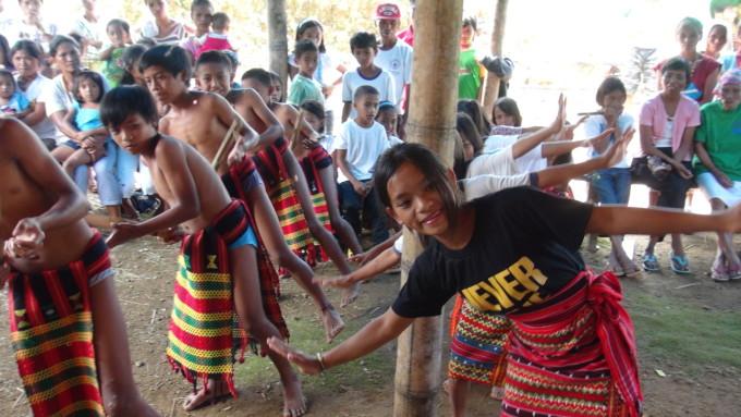 現地の子供たちがダンスする様子②