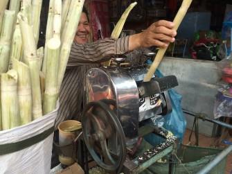 カンボジア屋台のサトウキビジュースで水分補給!