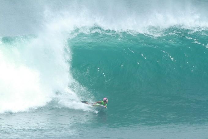 世界トップクラスのサーファーと挑む!バリ島ウルワツの波
