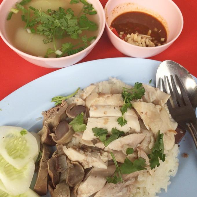 プリプリの丸鶏がウリ!バンコクの老舗カオマンガイ店