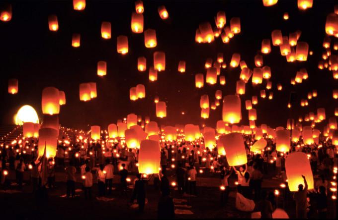 Launching lanterns into the sky to workship the gods Yi Peng Festival  Chiang Mai *** Local Caption *** งานประเพณียี่เป็ง  จังหวัดเชียงใหม่