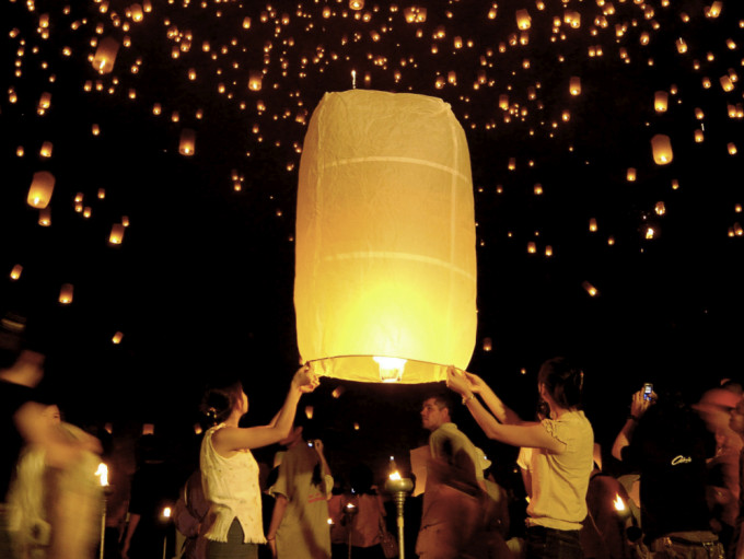 Launching lanterns into the sky to worship the gods in Yi Peng Festival , Chiang Mai  *** Local Caption *** ประเพณียี่เป็ง เชียงใหม่