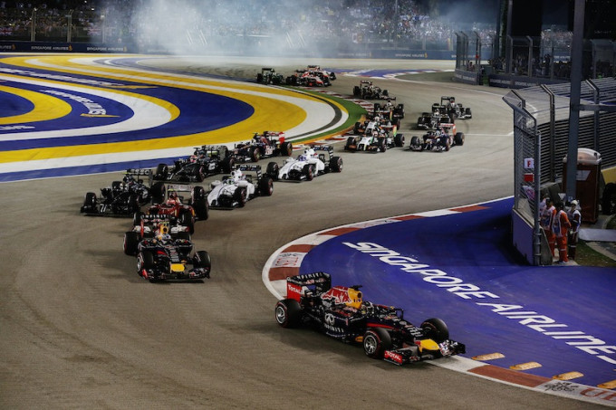 Marina Bay Circuit, Singapore. Sunday 21 September 2014. Sebastian Vettel, Red Bull Racing RB10 Renault, leads Daniel Ricciardo, Red Bull Racing RB10 Renault, and the rest of the field at the start. World Copyright: Glenn Dunbar/LAT Photographic. ref: Digital Image _W2Q5209