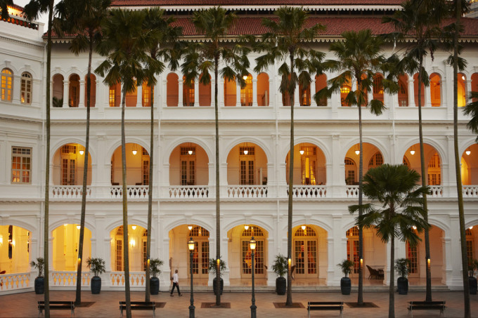 Hi_RHS_47595204_Raffles_Hotel_Singapore_-_Palm_Court_in_the_Evening