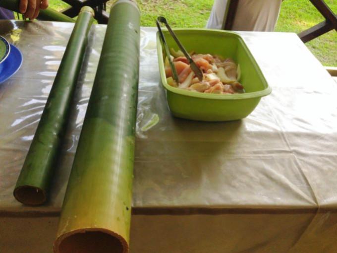 ブルネイ、イバン族の伝統料理「バンブーチキン」と「バンブーライス」