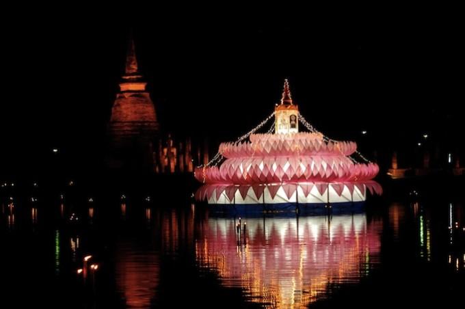 Loi Krathong and Candle Festival in The Sukhothai Historical Park at Sukhothai *** Local Caption *** งานประเพณีลอยกระทงเผาเทียนเล่นไฟ ณ บริเวณอุทยานประวัติศาสตร์สุโขทัย จังหวัดสุโขทัย