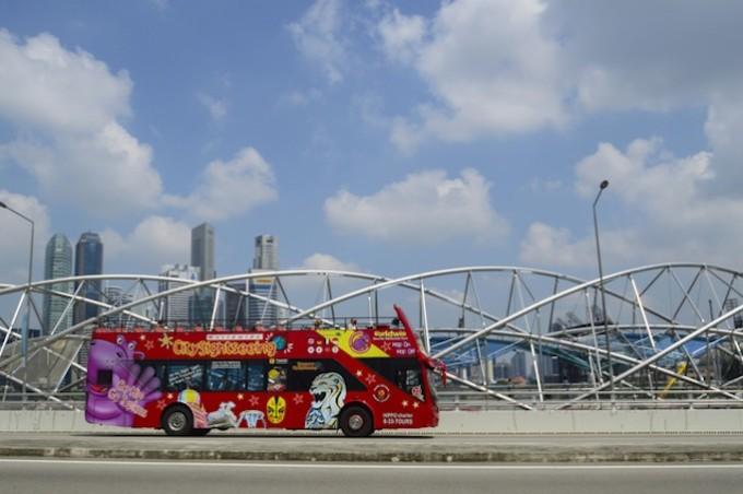 シンガポールの主要スポットを巡る2階建てバス「Hop on Hop off bus」