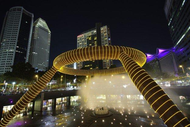 世界最大級の噴水を囲む、シンガポールの大型ショッピングセンター