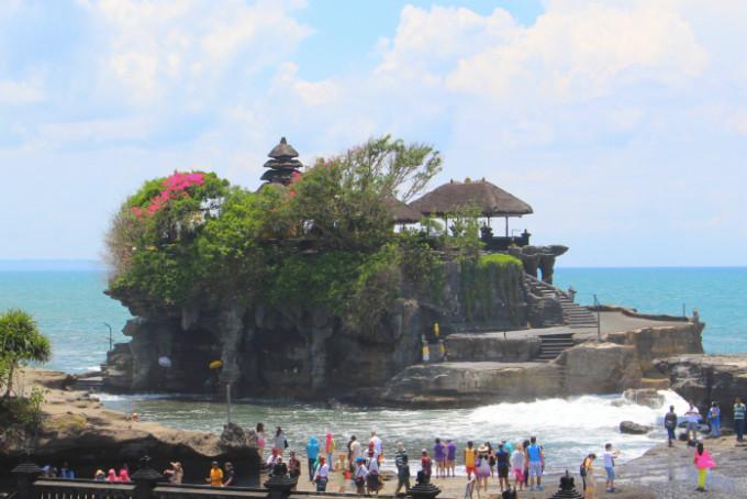バリのパワースポット!海に浮かぶヒンズー寺院「タナロット寺院」