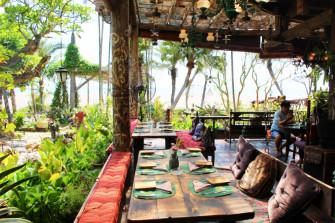 バリ流 不思議の国!?チャングーのビーチカフェ「La Laguna」