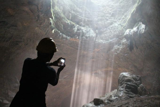 神秘的な光のシャワー!ジョグジャ郊外の絶景洞窟