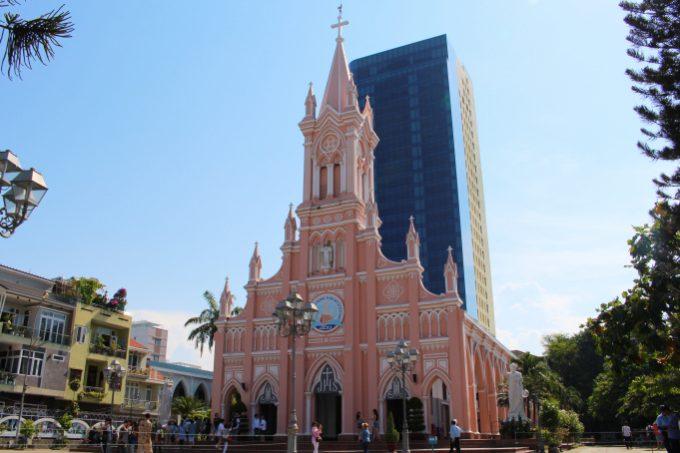 パステルピンクが印象的な「ダナン大聖堂」