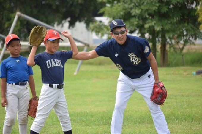 日本プロ野球の「名球会」が東南アジアで野球少年を指導