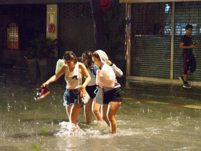 突然の豪雨でもサバーイ、サバーイ? ~雨季をも楽しむタイ人気質~