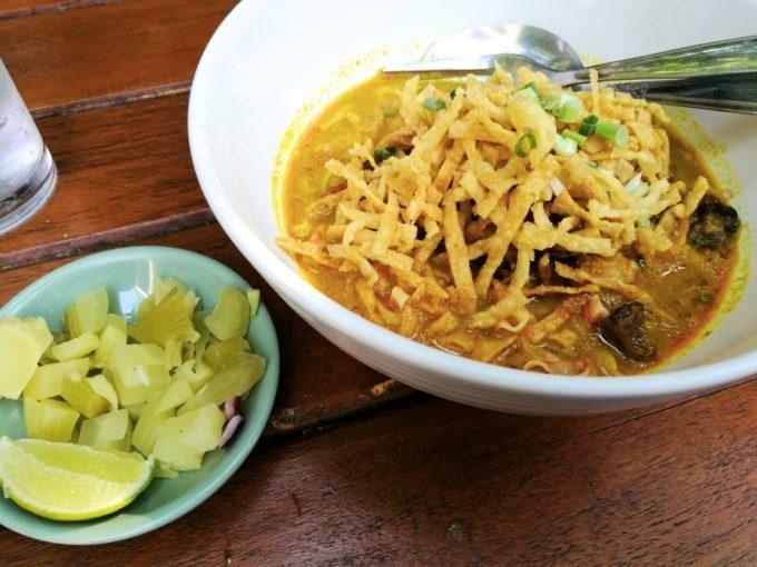 濃厚カオソーイをバンコクで楽しむなら「サーラー・ティアオ・ルア」