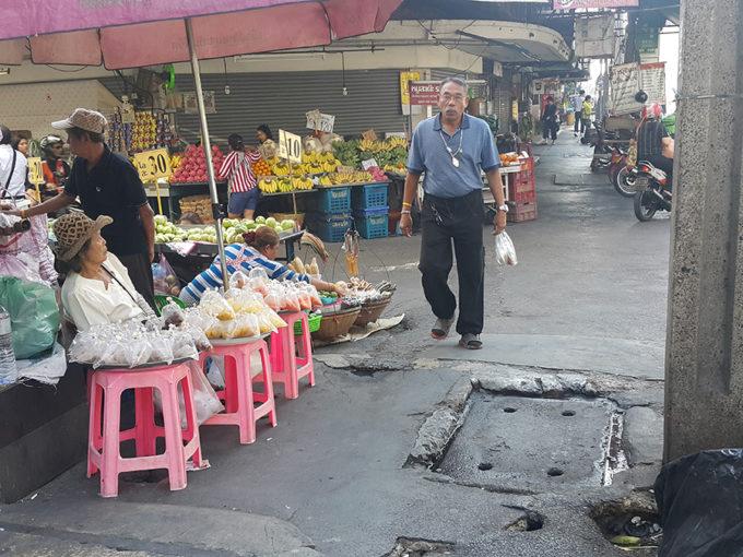 デコボコなバンコクの歩道につまずく