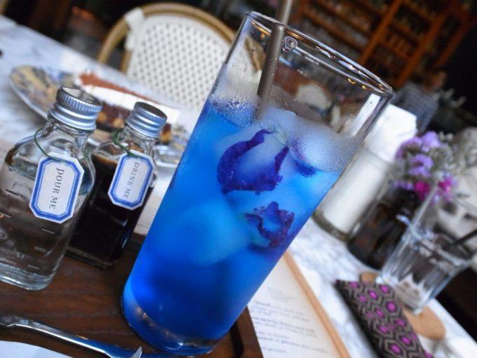 青い花のドリンクがフォトジェニック!エカマイの人気カフェ・レストラン