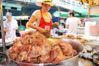 トロットロの豚足が絶品!チェンマイの屋台で味わうカオカームー