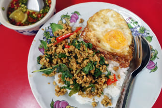 バンコクで究極のガパオ炒めを探す旅